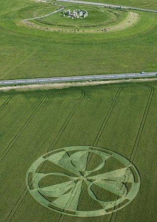 Круг на поле возле Стоунхенджа. 13.07.2011